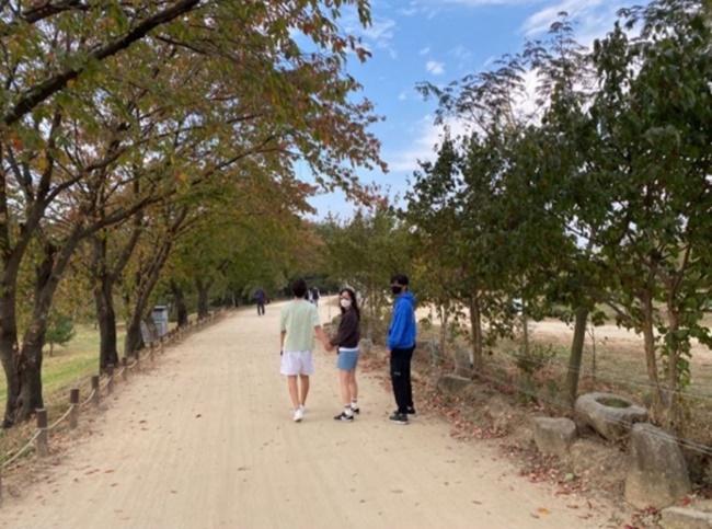\'♥손지창\' 오연수, 두 아들과 산책…여유로운 일상 눈길