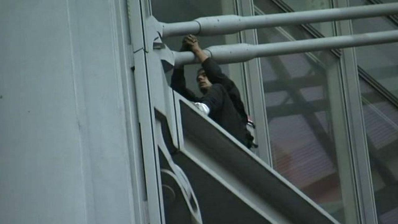 """""""제보할 거 있다""""며 美 언론사 건물 기어오른 남성 체포"""