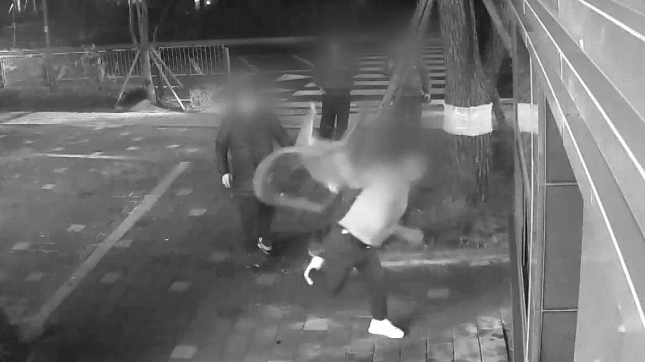 [사회]'경비대 폭행'30 대 주민 체포 … '피해자 미안해'
