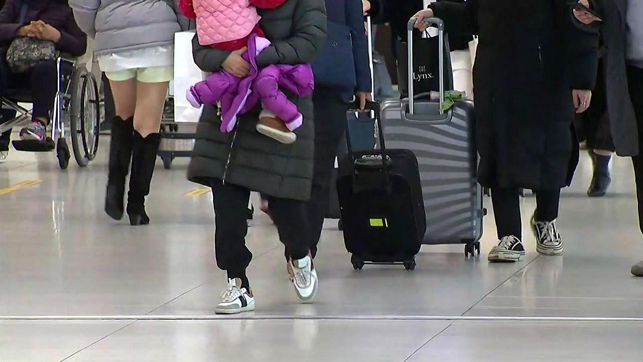 [사회]귀국과 관광객으로 붐비는 김포 공항 …