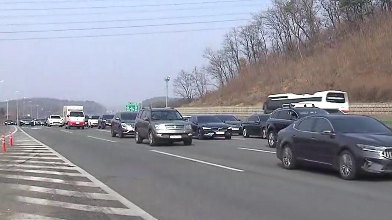 [사회][고속도로 교통상황]    일부 구간 혼잡 … 휴게소 '실내 식사'제한