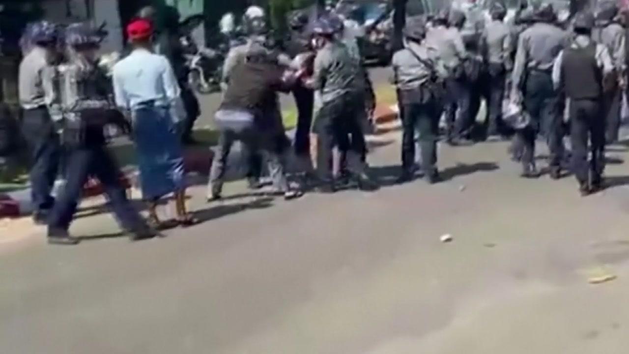 """[국제]""""미얀마 경찰이 시위대에게 또 다른 총기 발사 … 3 명이 부상 당했다"""""""