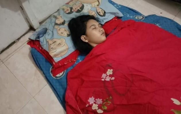 인도네시아 소녀, 사고 뒤 한번 잠들면 최대 13일 못 깨어나