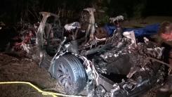 처참한 잿더미가 된 테슬라...운전석 비우고 달리다 충돌·화재로 2명 사망