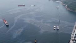 피서철 앞둔 해수욕장 앞바다 기름띠 '둥둥'...해경 수사 착수