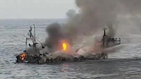 불길에 휩싸인 제주 낚싯배…인근 어선이 모두 구조