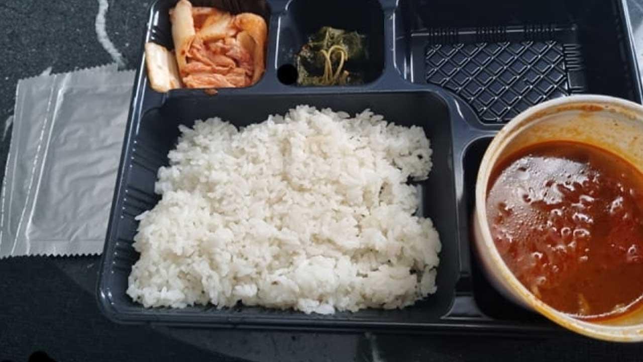 """""""참다 참다 찍었다"""" 인천공항 지원 나간 육군 부실 급식 사진"""