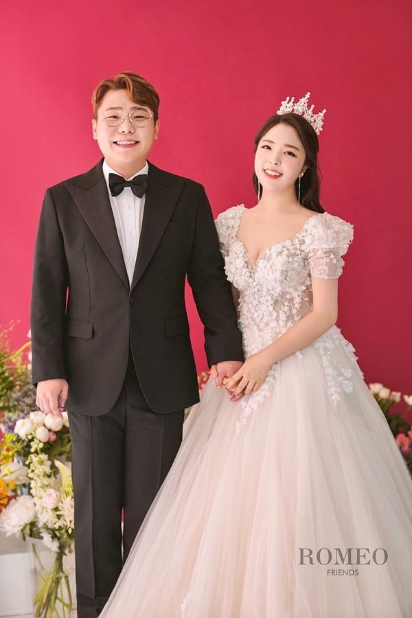 개그맨 송필근, 4살 연하 비연예인과 결혼… 김기리·유인석 함께한 웨딩화보