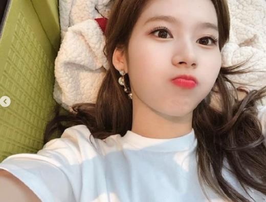 '눕사나의 매력' 트와이스 사나, 오늘도 예쁨_이미지