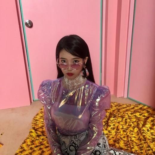 아이유, 10월 컴백 암시일까…시크+발랄 이미지 공개