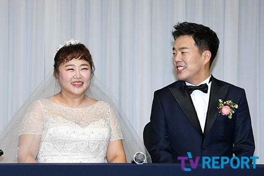 김민기 '신부 홍윤화에 눈을 못 떼네'
