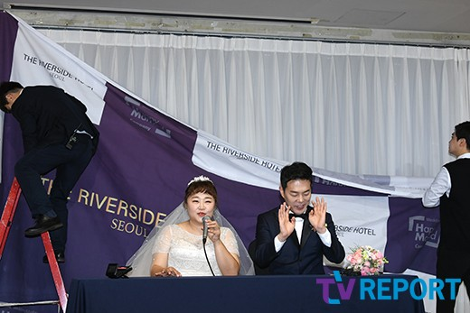 홍윤화-김민기 '현실도 개그 커플, 기자회견 도중 포토월 설치'