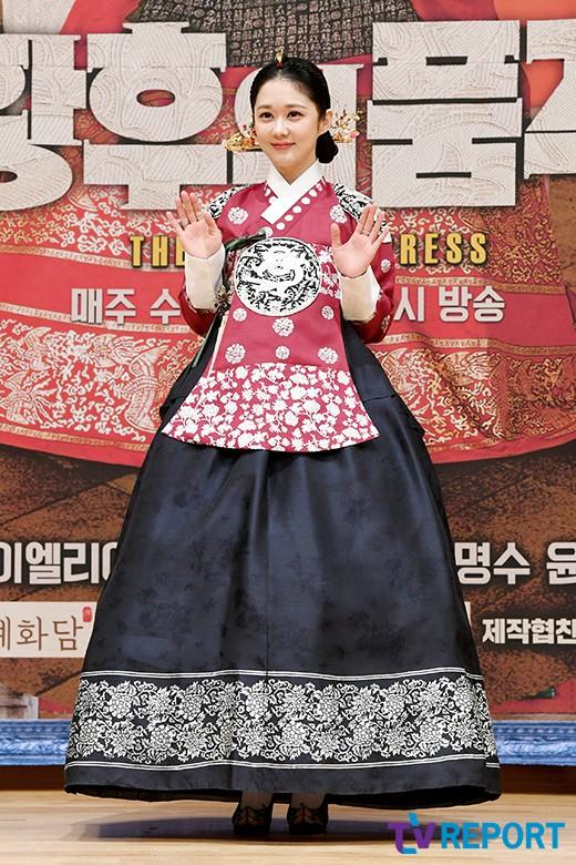 장나라 '황후 패션에 깜찍 손인사'