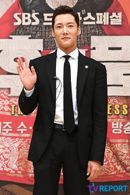 최진혁 '얼굴에 반창고 붙이고 제작발표회 참석'