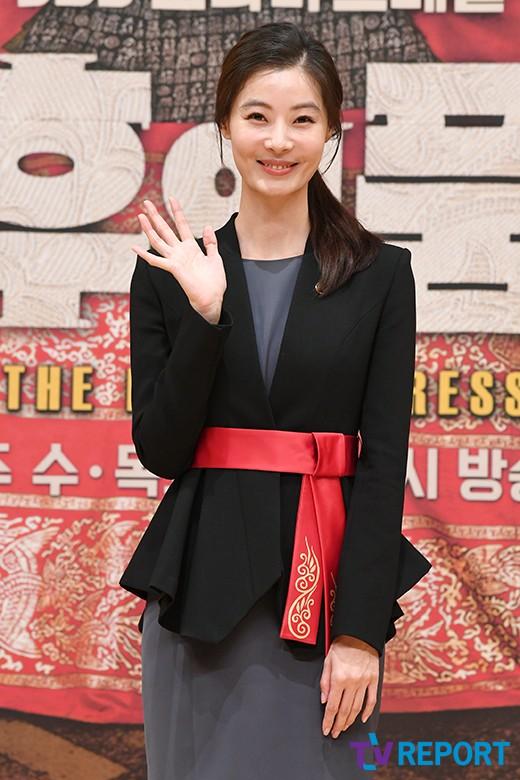 윤소이 '극 중 유니폼 입고 반가운 손인사'