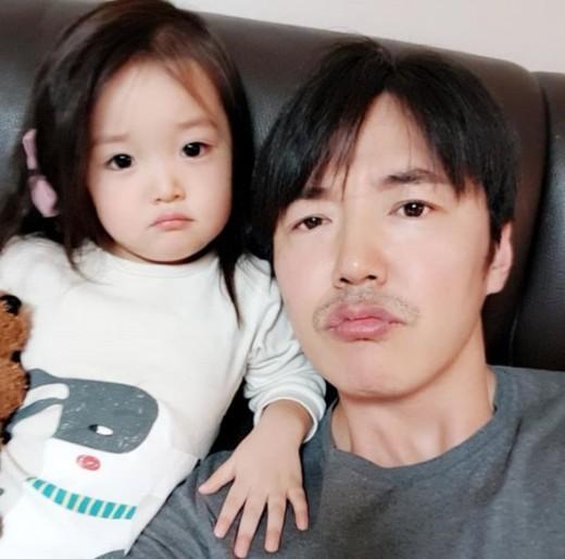 윤상현, 메이비 똑 닮은 딸 공개... 딸 바보 될 만하네