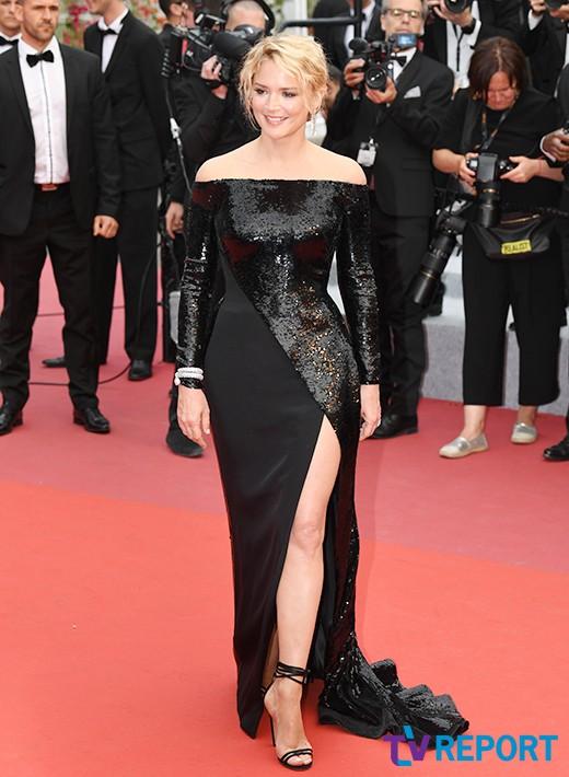 버지니아 에피라 '시크 블랙 드레스'