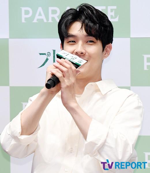 최우식 '여심 저격 꽃미소'