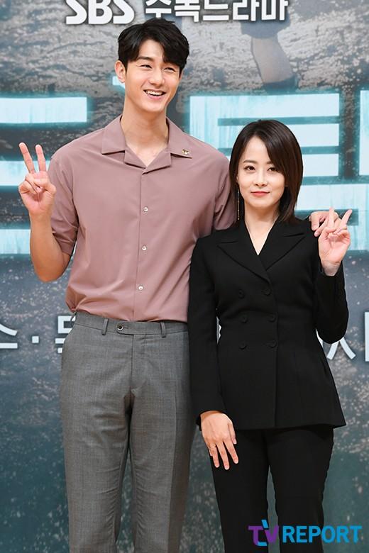 이기우-류현경 '드라마와 다른 다정 어깨동무'