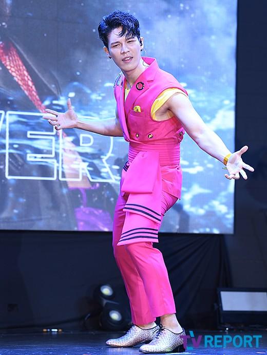 노라조 원흠 '핑크빛 때수건 수트'_이미지