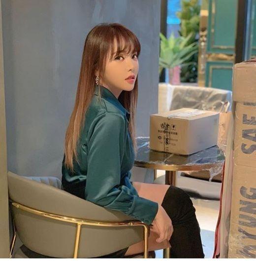 """홍진영, 테이블 앞 앉아…""""여긴 어디일까요?"""""""