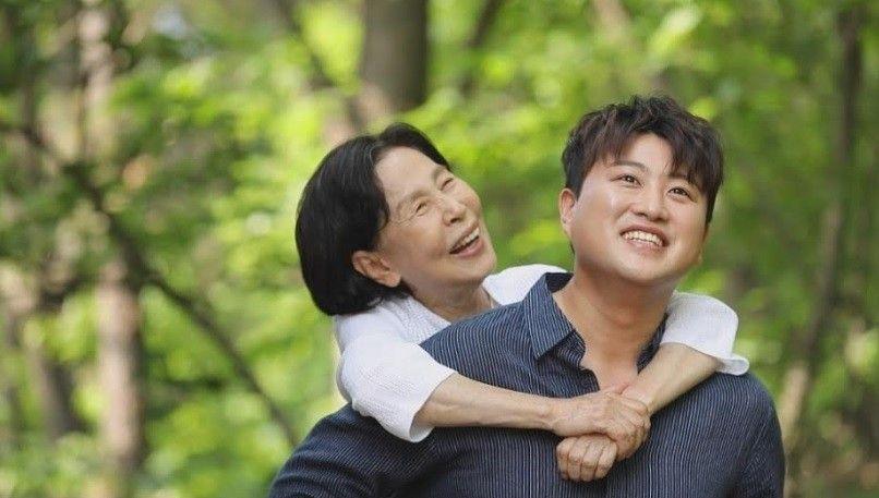 김호중, '할무니' MV 스틸샷 공개... 국민 손자 노린다