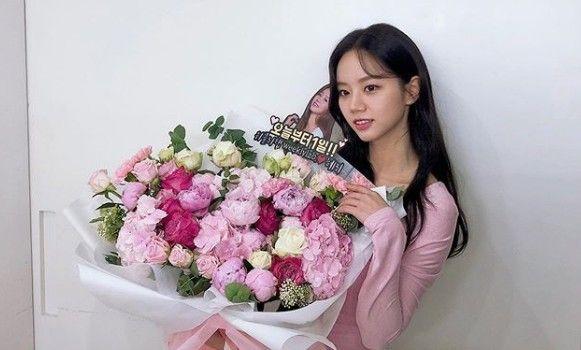 """혜리, 꽃다발 안고 뽐낸 극강 청순미 """"오늘부터 1일"""""""