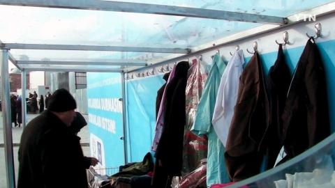 '가난한 이웃에게 따뜻함을 기부하세요.'... 거리의 옷장