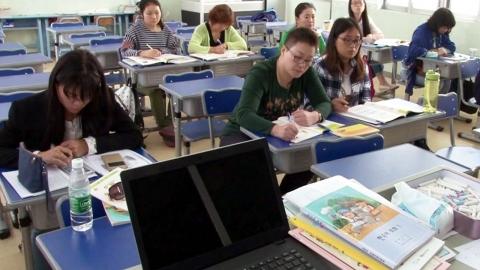 부모와 함께 등교하는 한글학교 수업