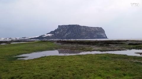 광치기해변여서본 눈덮힌 성산일출봉